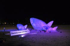 poisson en plastique sur la plage