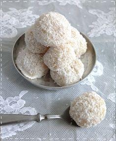 10aine boules coco : 100 g farine riz, 30 g sucre, 80 g cocorapé, 1 jaune d'oeuf, 3 CS lait de coco, 2 grosses CS lait concentré sucré.