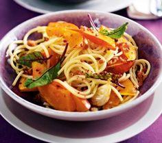 Das Rezept für Spaghetti mit Kürbis und gebackenem Knoblauch und weitere kostenlose Rezepte auf LECKER.de