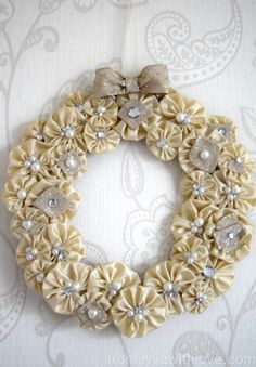 Beautiful Christmas Wreath Made Out of Suffolk Puffs (yoyo) - Fabric Crafts Christmas Projects, Holiday Crafts, Christmas Diy, Christmas Fabric Crafts, Fabric Christmas Decorations, Christmas Movies, Christmas Angels, Christmas Ornament Wreath, Holiday Wreaths