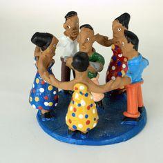 """A escultura de cerâmica da foto representa a Ciranda, um tipo de dança e música popular brasileira. A ciranda é formada por uma grande roda, onde os integrantes dançam ao som de um ritmo lento e repetido. //  The ceramic sculpture in this Picture is made by a craftsmen from Alto do Moura, Pernambuco (northeast of Brazil). It represents the """"Ciranda"""", a type of dance and popular music in Brazil. The """"Ciranda"""" is formed by a big circle, where members dance to a slow and repeated rhythm."""