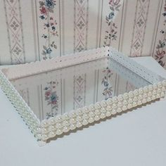 Bandeja para kit de higiene. Diy And Crafts, Arts And Crafts, Mirror Box, Wedding Gift Wrapping, House Of Beauty, Shabby Chic Crafts, Hacks Diy, Bottle Crafts, Diy Home Decor