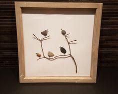 Birds On A Wire: Playa Pebble cuadro en marco blanco/de la