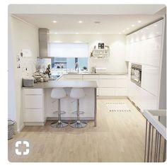 Cozinha branca, layout, com bancos? - # layout # cozinha # banquinhos # com - Küchen - Apartment Kitchen, Kitchen Interior, Kitchen Decor, Open Plan Kitchen Living Room, New Kitchen, Kitchen Layout Plans, New Interior Design, Scandinavian Kitchen, Kitchen Cupboards