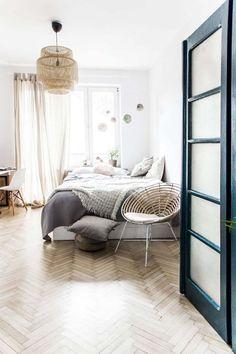 Koti Puolassa - A Home in Poland Tässä modernisti sisustetussa kodissa on paljon kiinnostavia yksityiskohtia: kaunis kalanruotoparketti, värikkäät yksityiskohdat - etenkin ruokailutilan seinä, eteis