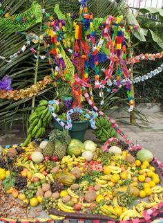 O Dia da Cruz é celebrado em El Salvador em 3 de maio, sendo esta festa o resultado da fusão religiosa entre a celebração espanhola da Santa Cruz, que tem raízes nas comemoração da descoberta de Santa Helena da Cruz de Cristo, na época do imperador Constantino e o tributo indígena com a Mãe Terra e o deus Xipe Totec.