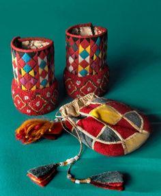 Exempel på vacker restprodukt. Handledsvärmare och väska av material som blivit över, formgivningen är anpassad efter det man hade. Från Nordiska museets Folkkonstutställning. (Foto Mats Landin Nordiska museet)