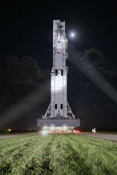 Este concepto de un artista muestra sistema de lanzamiento espacial de la NASA, o SLS,   Crédito de la imagen: NASA/MSFC