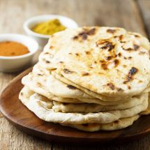 With simple and easy steps; make soft, fluffy and restaurant-style naan, without a tandoor. Check this appetizing tawa naan recipe made with yogurt and baking soda. Easy Bread Recipes, Top Recipes, Cooking Recipes, Starter Recipes, Sourdough Recipes, Naan Sans Gluten, Molho Hollandaise, Best Indian Recipes, Vegan Meals