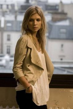 Clémence Poésy, casual with slouchy tank and khaki blazer Style Chic Parisien, Simple Style, Style Me, Hair Style, Clémence Poesy, Fleur Delacour, Khaki Blazer, Parisian Chic Style, Jean Marie