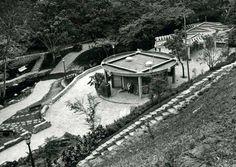 """El Parque Zoológico El Pinar es el primer jardín zoológico de Caracas, concluido en 1945 bajo la presidencia de Isaías Medina Angarita. Está ubicado en la Parroquia El Paraíso en los antiguos terrenos de la hacienda de """"La Vaquera"""", la cual era propiedad de Juan Vicente Gómez. El Estado tomó posesión de la misma en 1935."""