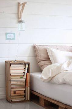 Łóżko na stelażu z palet, świetny pomysł