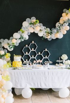 Morning, mamas! How about this sweet balloon install for a birthday party? Or maybe just any gathering you can work it into, right? This bee themed first birthday by Courtney Chan that Crissy Farah ca