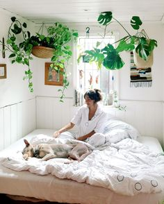 「 Had a bedroom visit from wonderwoman, Christine from @sukuhome and a chat about the inner workings of Carpenter's Daughter. Pillow talk interview coming… 」