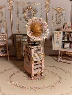 Vintage Dollhouse, Diy Dollhouse, Dollhouse Miniatures, Miniature Furniture, Dollhouse Furniture, Dolly House, All The Small Things, Victorian Dolls, Dollhouse Accessories