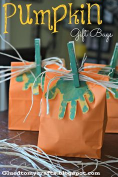 Pumpkin Gift Bags {Craft} Our Handprint Pumpkin Gift Bags kid craft idea is great for school parties, your child's friends or even those out trick-or-treating on Halloween night! Kids Crafts, Fall Crafts For Kids, Thanksgiving Crafts, Holiday Crafts, Holiday Fun, Cat Crafts, Theme Halloween, Holidays Halloween, Halloween Treats