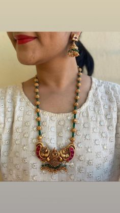 Mar 2020 - Agate beads kemp mid-length Haram with earrings. Pearl Necklace Designs, Gold Earrings Designs, Gold Necklace, Necklace Set, Terracotta Jewellery Designs, Gold Jewellery Design, Designer Jewelry, Indian Jewelry Sets, Tikka Jewelry