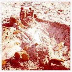 11 juillet - Château de sable à 4 mains... Par Aponi, 1 an, et Balthazar, 9 ans