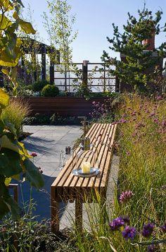 gradina acoreris roof garden gradina terasa balcon plante rezistente mobilier lemn