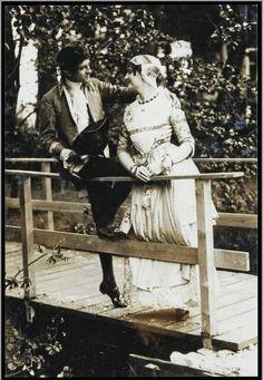 """Amsterdam. De Bloem van Zaandijk, toneelstuk uit 1894. Opvoering van Bruidsstuk in Amsterdam in klederdracht in 1913. Ten behoeve van de tentoonstelling """"De vrouw 1813-1913"""". De vrouwen droegen een wagd, (bovenjurk) van zijde-damast met een omtrek van zes meter, snoerden zij hun bovenlichaam met een rijglijf in en hadden zij op het hoofd een kap die bestond uit twee ondermutsen, een bovenmuts en oorijzers (gouden of zilveren banden van circa 7cm breed). Zaans Archief #NoordHolland…"""