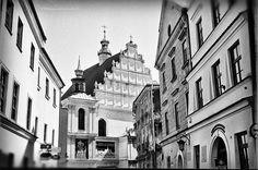 https://flic.kr/p/HmADzD | Old Town Walks | Old Town Lublin, Poland, April 2016.  Minolta AL, Rokkor 45mm F2.0, Ilford PAN 400  More at urban.photos