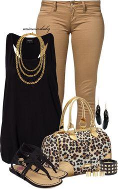 Calças cremes + top preto rendado + sandálias pretas