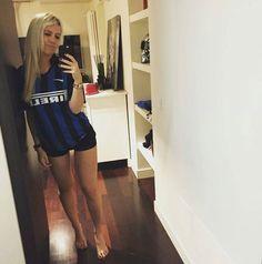 Hot Football Fans, Football Girls, Football Outfits, Soccer Fans, Wanda Nara, And Just Like That, Liverpool Fc, Skater Skirt, Sexy Women