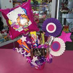 Birthday Bouquet, Balloon Arrangements, Chocolate Bouquet, Candy Bouquet, Ideas Para Fiestas, Candy Boxes, Candy Gifts, Birthday Presents, Craft Gifts