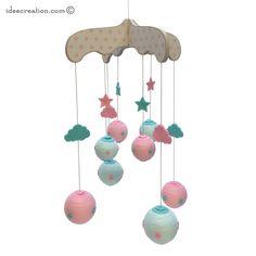 Mobile Bébé en bois, boule de coton et feutrine pour chambre d'enfant, modèle rose, vert et écru