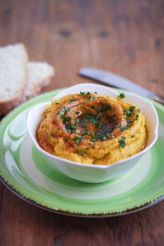 hummus di zucca: un'alternativa sfiziosa e buonissima perfetta per un'aperitivo vegetariano. Provatelo con verdure fresche e fettine di pane tostato