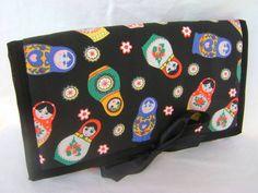 Pequeno organizador de bijuterias e/ou jóias. Feito em tecido 100% algodão é ideal para levar na bolsa ou na mala.