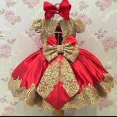 Pode ser feito em qualquer cor.  Vestido com detalhes de renda. Girls Dress Shoes, Little Girl Dresses, Girls Dresses, Flower Girl Dresses, Fashion Kids, Kids Frocks, Baby Gown, Children's Boutique, Baby Kids Clothes