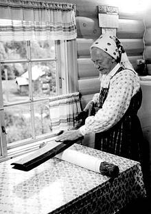 Norwegian woman smoothing cloth with mangle board circa 1962 Victorian Parlor, Edwardian House, Antique Photos, Vintage Photographs, Family Roots, Wood Carving, Norway, Folk Art, Scandinavian