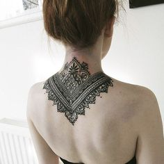 Beautiful henna tattoo on the back. These details are indescribable . - Beautiful henna tattoo on the back. These details are indescribable. Mandala Tattoo Neck, Tatoo Neck, Collar Tattoo, Mandala Tattoo Design, Back Neck Tattoos, Henna Neck, Simple Neck Tattoos, Trendy Tattoos, Black Tattoos