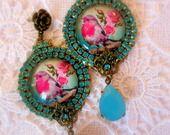 """Boucles style victorien """" oiseaux roses"""" : Boucles d'oreille par lorenza"""