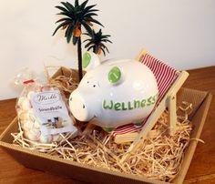 """Eine süße & zugleich lustige Idee ein Geldgeschenk für einen Wellness Urlaub zu verpacken. Geschenkkorb gefüllt mit: - Sparschwein mit der Aufschrift """"Wellnesstag"""" - Liegestuhl - Palme -..."""