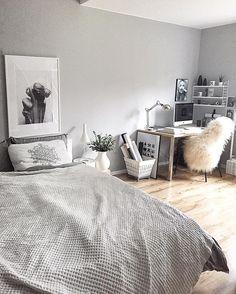 Sypialnia to najważniejsze pomieszczenie w domu. Dlatego też powinniście solidnie zastanowić się nad tym, jak je urządzić. W pierwszej kolejności zastanówcie się nad stylem łóżka, a także potencjalnym materacem. To Wam ma być wygodnie i Wy musicie się wysypiać, by być gotowym do dalszych działań. Nie zapominajcie o kolorystyce i każdym dalszym elemencie, w tym biurku czy szafkach i fotelu. #dom #mieszkanie #sypialnia #wygoda #sen #relaks ##materac ##sypialniany