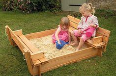 Haz un arenero/zona para sentarse con tapa extraíble utilizando palés. | 37 Cosas totalmente impresionantes que puedes hacer en tu jardín