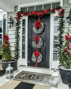 Front Door Christmas Decorations, Christmas Front Doors, Holiday Decor, Christmas Porch Decorations, Front Porch Ideas For Christmas, Fall Front Porches, Outdoor Christmas Wreaths, Outside Decorations, Classy Christmas