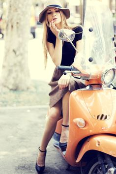 vespa scooter - if this is not a must have. Scooter Girl, Vespa Girl, Style Casual, My Style, Hair Style, Pin Up, Vespa Scooters, Vespa Lambretta, Motor Scooters