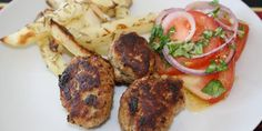 Alletiders opskrift på græske frikadeller med hjemmelavede kartoffelstave og en frisk tomatsalat til.