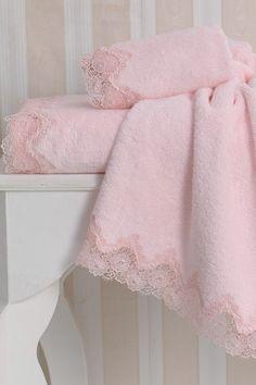 Puszysty, miękki i bardzo delikatny, z egejskiej bawełny o doskonałej chłonności i trwałości. Ręczniki mają atrakcyjną koronkę, a w kolekcji znajdziesz do nich też damskie szlafroki ANGELIC w ozdobnym opakowaniu.