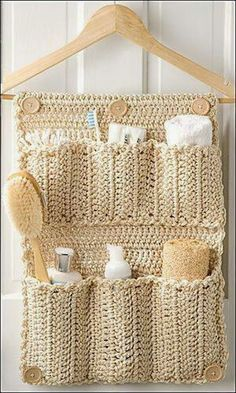 Crochet Bathroom Door Organizer If you love crafts, and know how to crochet (or want to tackle your first project), why not try your hand at this DIY Crochet Bathroom Door Organizer! Crochet Diy, Crochet Home Decor, Crochet Gifts, Crochet Decoration, Basket Decoration, Crochet Ideas, Wall Organization, Bathroom Organisation, Bathroom Storage