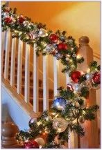 Adorable Christmas Staircase Decoration That'll Make Your Home Look Like Winter Wonderland Christmas Staircase Decor, Diy Christmas Garland, Indoor Christmas Decorations, Christmas Tree Farm, Christmas Mantels, Christmas Lights, Christmas Crafts, Christmas Themes, Staircase Decoration