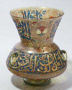 Lampe de mosquée en verre émaillé et doré à décor polychrome de motifs floraux et de caractères coufiques. Signé Philippe-Joseph BROCARD à Paris. Vers 1880. H. 27,5 cm J.R.