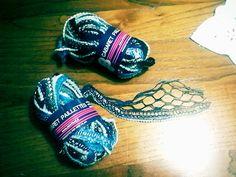 Ecco il filato che utilizzerò per realizzare la prossima sciarpa a ferri. Il filato è nelle tonalità del grigio, blu e celeste, è arricchito con un filo laminato color argento con paillettes  e termina con un filo di piccolissimi pompon color grigio