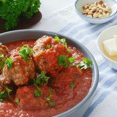 Inget tapasbord uten spanske kjøttboller i tomatsaus. Med disse tre «hemmelige» ingrediensene får du perfekte kjøttboller som er saftige og luftige!