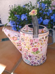 Mosaic Large Vintage Watering Can with Pottery, Vintage China, Rhinestones… Mosaic Crafts, Mosaic Projects, Mosaic Art, Mosaic Ideas, Tile Ideas, Stone Mosaic, Mosaic Glass, Stained Glass, Metal Watering Can