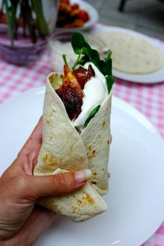 Starlit spicy lemon chicken wraps – The Londoner Used chix tenders….no flakes…large stainless pan. -j The Londoner: Starlit spicy lemon chicken wraps I Love Food, Good Food, Yummy Food, Tasty, Beste Burger, Chicken Wraps, Tofu Wraps, Chicken Tacos, Chicken Enchiladas