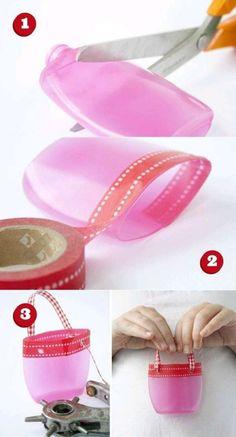 Petit panier en plastique à partir d'une bouteille de shampoing. 16 idées irrésistibles à réaliser avec les bouteilles de shampoing et de gel douche